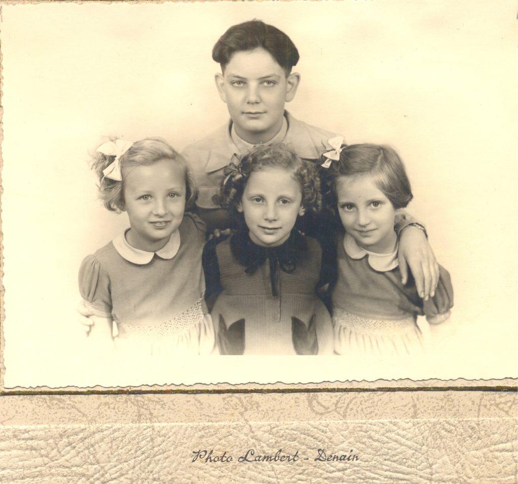 De gauche à droite, Danielle, Sarah, Monique et en haut : Henri [Musée de la Coupole]
